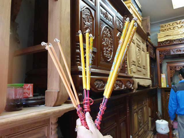 Ba loại hương điện tử được bán với mức giá từ 80.000 - 150.000 đồng/3 cây. Ảnh: Bảo Loan