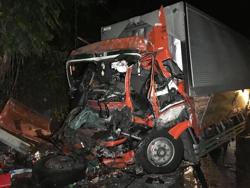 Xe khách đ.âm trực diện vào một xe tải chở hàng, khiến 3 người thiệt m.ạng và 73 người bị th.ương. Ảnh: inquirer.net