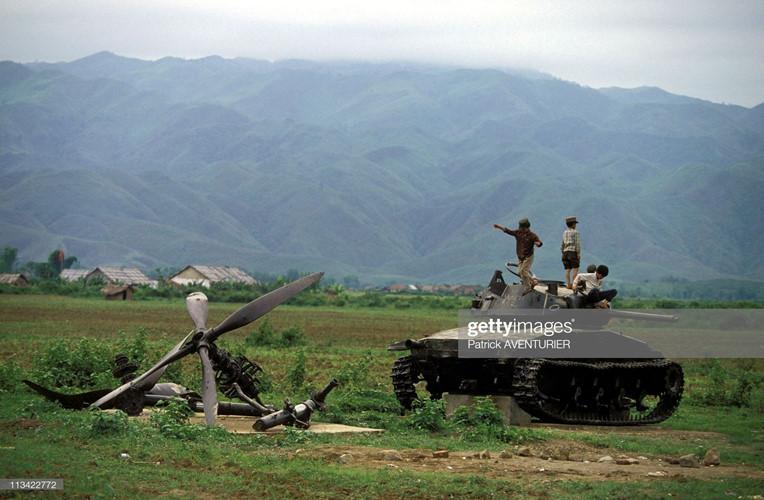 Những đứa trẻ trèo lên xác xe tăng Pháp ở cánh đồng Mường Thanh, thị xã Điện Biên Phủ năm 1994. Ảnh: Getty.