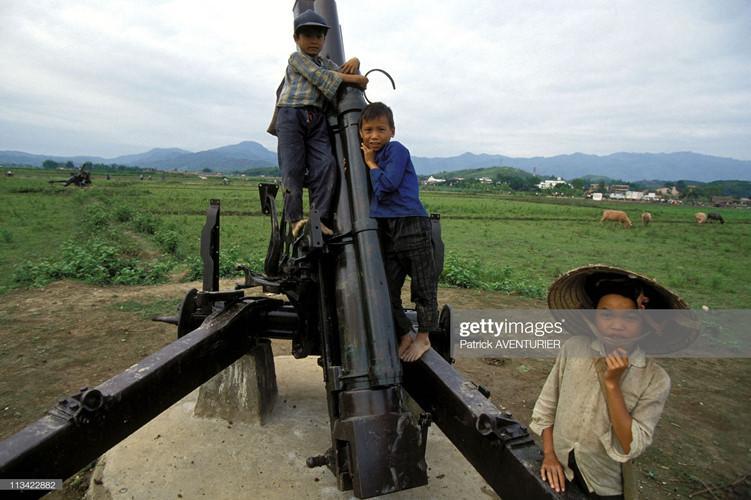 Trẻ em leo trèo trên một khẩu pháo ở cánh đồng Mường Thanh.