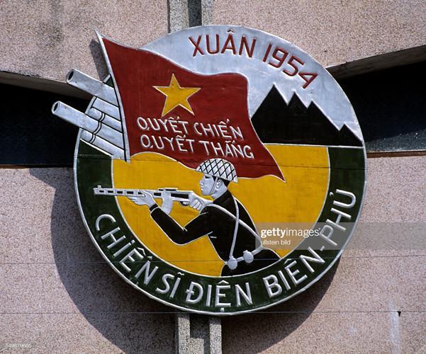 Bức phù điêu gắn trên nóc Bảo tàng Điện Biên Phủ.