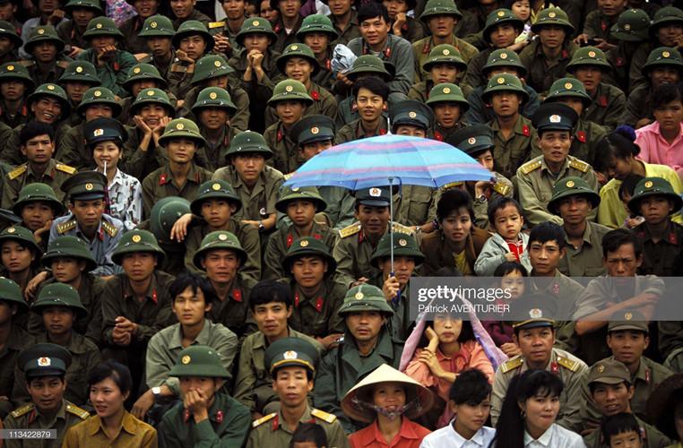 Các quân nhân trẻ và người dân trên khán đài tại một sự kiện kỷ niệm 40 năm chiến thắng Điện Biên Phủ.