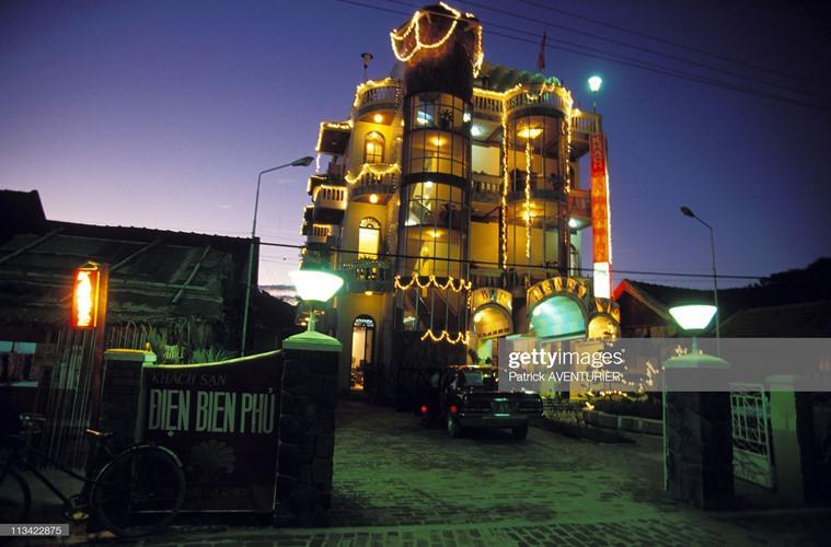 Khách sạn Điện Biên Phủ rực rỡ ánh đèn trong buổi tối, dịp kỷ niệm 40 năm chiến thắng Điện Biên Phủ.