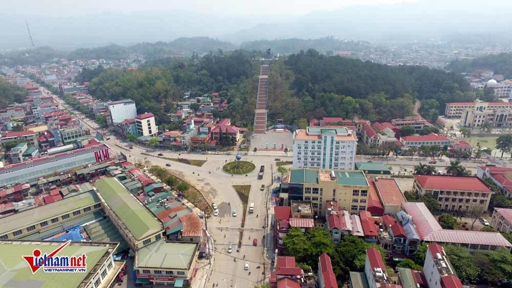 Tượng đài Chiến thắng Điện Biên Phủ giữa trung tâm TP
