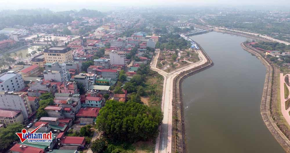 Sông Nậm Rốm chảy qua thành phố được kè hai bên bờ