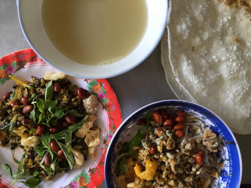 Cơm hến: Nguyên liệu để nấu cơm hến đơn giản chỉ là những món ăn hàng ngày như cơm trắng để nguội cùng với thịt hến, gia vị và tóp mỡ chiên giòn, dân dã nhưng vô cùng đưa cơm. Ảnh: Hương Giang.