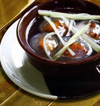 Chè thịt heo quay: Trong các món ăn nổi tiếng xứ Huế, món chè thịt tiến vua này nghe lạ tai nhất. Với sự kết hợp kỳ lạ giữa những nguyên liệu đối lập, thực khách phải vượt qua cảm giác e ngại ban đầu mới có thể cảm nhận trọn vẹn vị mặn ngọt, vừa nóng vừa lạnh với lớp vỏ giòn dai, nhân thịt quay đậm đà, nước chè đường trong veo thơm mùi gừng theo đúng kiểu đất cố đô. Chè bột lọc heo quay có mặt trong các quán chè trong chợ Đông Ba, chè hẻm Hùng Vương trứ danh, những quán chè gần trường học… với giá từ 10.000 đồng. Ảnh: Nét Huế.