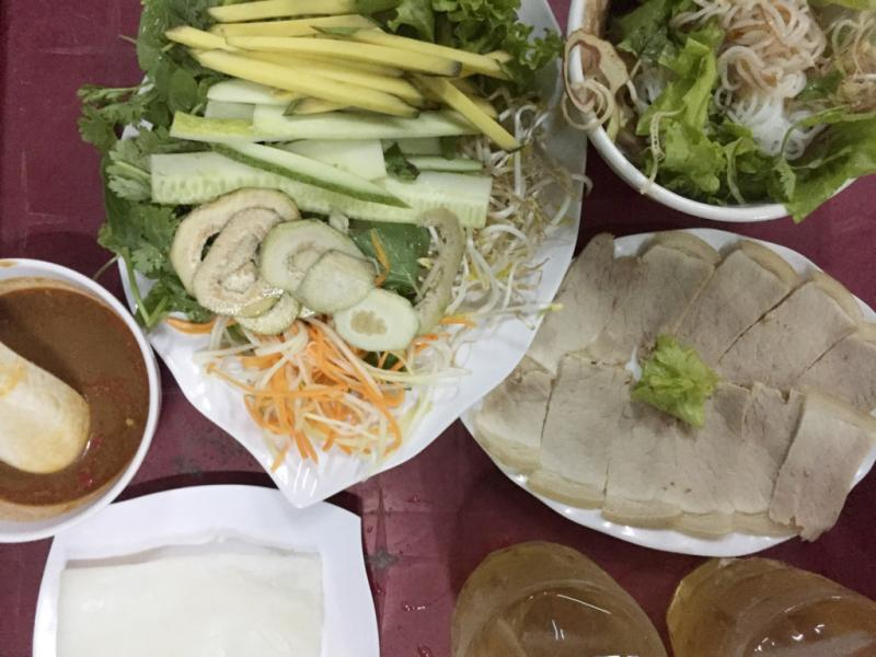 Bánh ướt cuốn thịt heo: Thịt heo luộc chín, xắt lát mỏng, rau sống chủ yếu là xoài xanh, chuối chát, rau thơm, xà lách, diếp cá. Cuốn một miếng bánh tráng với thịt heo, rau sống, chấm vào mắm nêm đậm đà đã được pha sẵn ớt, tỏi, vị ngon thực sự không cưỡng nổi. Ảnh: Hương Giang.