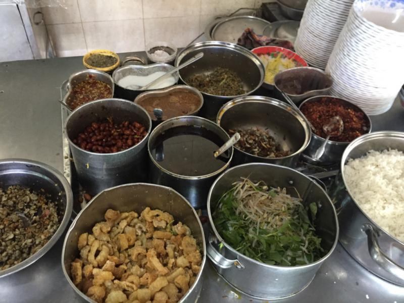 Giá một bát cơm hến chỉ từ 10.000-15.000 đồng.Để thưởng thức hương vị đậm đà của món ăn giản dị này, bạn có thể tìm đến quán Hoa Đông ở thôn Vỹ Dạ. Ảnh: Hương Giang.