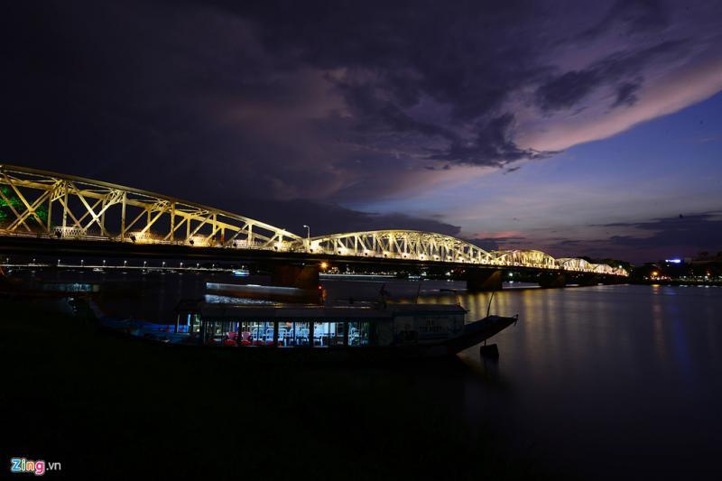 Về đêm, thưởng thức những món ăn đặc trưng xứ Huế trên sông Hương, ngắm cầu Trường Tiền là một điều thú vị du khách không thể bỏ qua mỗi khi đến vùng đất này.