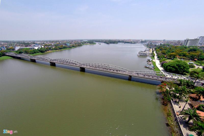 Cầu Trường Tiền (còn gọi là Tràng Tiền) dài 402,6 m, rộng 5,40 m bắc qua sông Hương. Đầu cầu phía bắc thuộc phường Phú Hòa, phía nam thuộc phường Phú Hội (Huế).