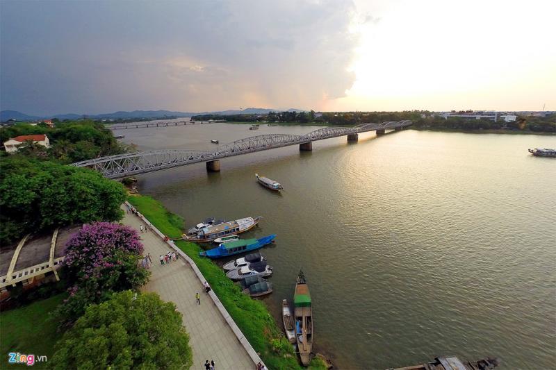 Cùng với núi Ngự Bình, sông Hương, cầu Trường Tiền được coi là một trong những biểu tượng mang tính đặc trưng nhất của Huế.