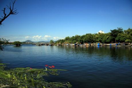 Con sông chảy chậm qua các làng mạc như Kim Long, Nguyệt Biều, Vỹ Dạ, Đông Ba, Gia Hội, chợ Dinh, Nam Phổ, Bao Vinh. Ảnh: Vanmauchonloc