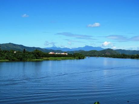 Dòng sông như một dải lụa đào trải dài trên vùng đất Huế. Ảnh: Che Trung Hieu