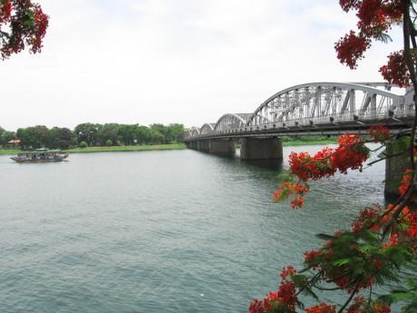Nhiều người luôn gắn liền sự thanh bình, thanh lịch và cảnh vật đẹp đẽ của Huế với dòng Sông Hương. Ảnh: DT
