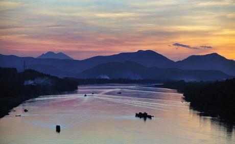 Hữu Trạch dài khoảng 60 km là nhánh phụ, chảy theo hướng Bắc, qua 14 thác và vượt qua phà Tuần để tới ngã ba Bằng Lãng, nơi hai dòng này gặp nhau và tạo nên sông Hương. Ảnh: LePhuc