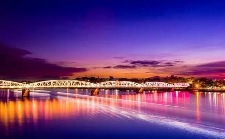 Cầu Tràng Tiền trên sông Hương. Ảnh: Minh Nguyen Quang