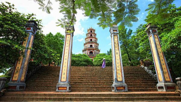 Phía trước cổng chùa Thiên Mụ. Ảnh: huesmiletravel.