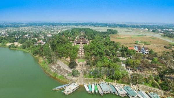 Chùa Thiên Mụ nằm bên dòng sông Hương hiền hòa. (Ảnh: Hoàng Long/Vietnam+)