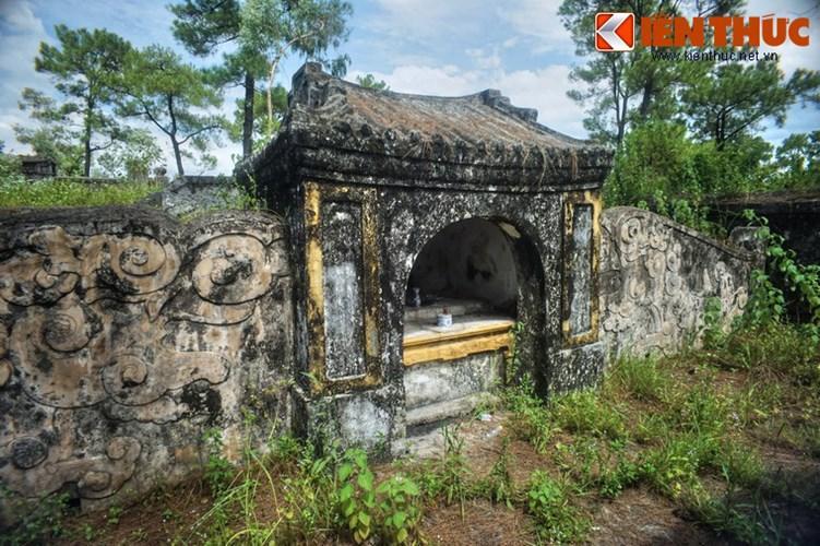 Mặt trước mộ có am thờ nhỏ, hai bên là tường gạch có đắp nổi hình mây gió.