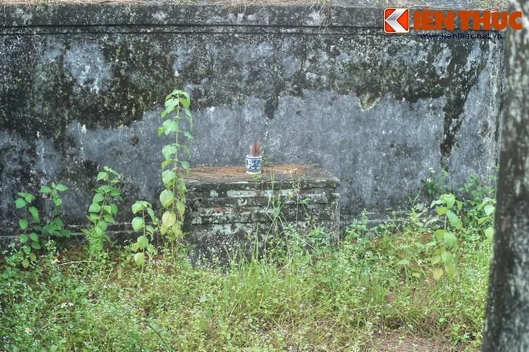 Hai án thờ nằm đối xứng ở khoảng tường hai bên bình phong.