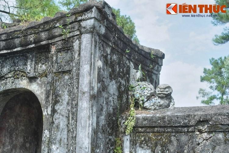 Họa tiết trang trí ở cổng mộ.