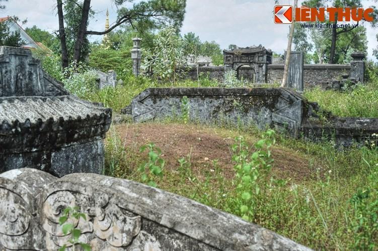 Từ lăng Tùng Thiện Vương có thể nhìn thấy lăng vị thân mẫu của ông là bà Thục tần Nguyễn Thị Khắc Bửu nằm ở phía sau, cách một khoảng không xa.