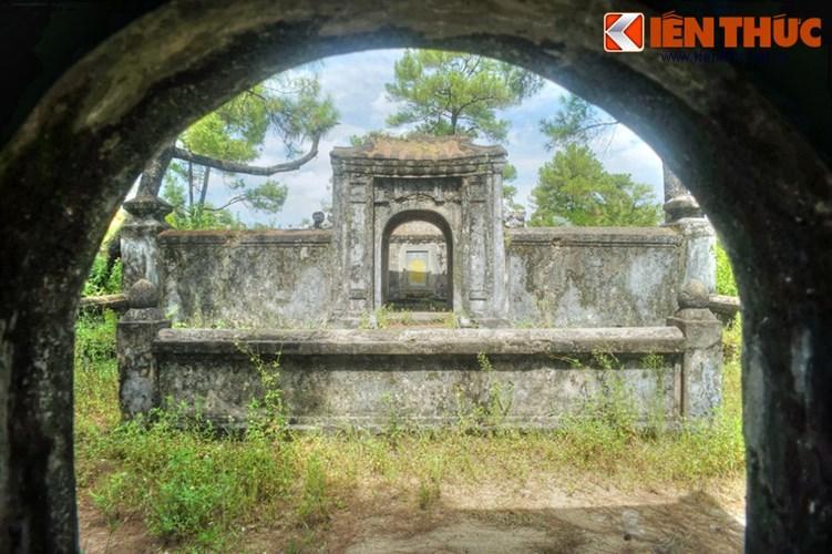 Phía sau nhà bia là khu sinh phần của Hoàng tử Tùng Thiện vương.