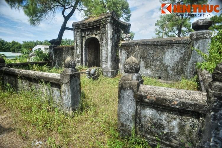 Khu vực này được bao quanh bằng tường gạch với các trụ có đầu hình búp sen, mô-típ kiến trúc quen thuộc trong lăng mộ các thành viên hoàng tộc Nguyễn.