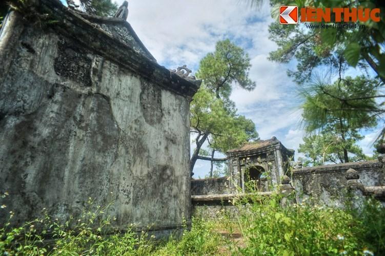 Tùng Thiện Vương (Nguyễn Phúc Miên Thẩm, 1819 - 1870) sinh thời nổi tiếng giỏi chữ nghĩa, là một nhà thơ lớn để lại nhiều tác phẩm giá trị cho đất nước. Sau khi qua đời, ông được an táng tại khu nghĩa trang gần chùa Từ Hiếu ở Huế.