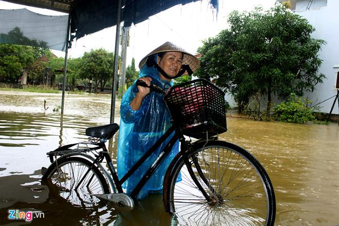 Mưa lớn cùng thủy điện xả lũ khiến người dân xã Bình Tú (Quảng Nam) đang chạy lũ. Trong những ngày tới, các tỉnh từ Hà Tĩnh đến Quảng Nam có mưa vừa đến mưa rất to. Ảnh: Đắc Đức.
