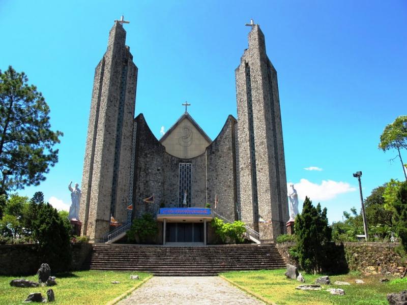 Nhà thờ Phủ Cam góp phần tô điểm cho thành phố Huế cổ kính thêm hiện đại và độc đáo.