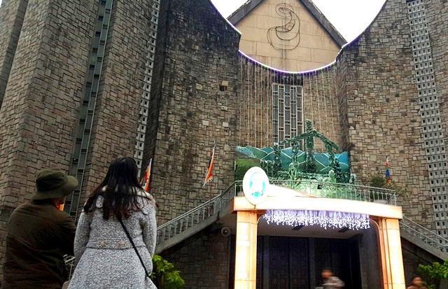 Không khí giáng sinh ở nhà thờ Phủ Cam. (Ảnh: dantri.com.vn)