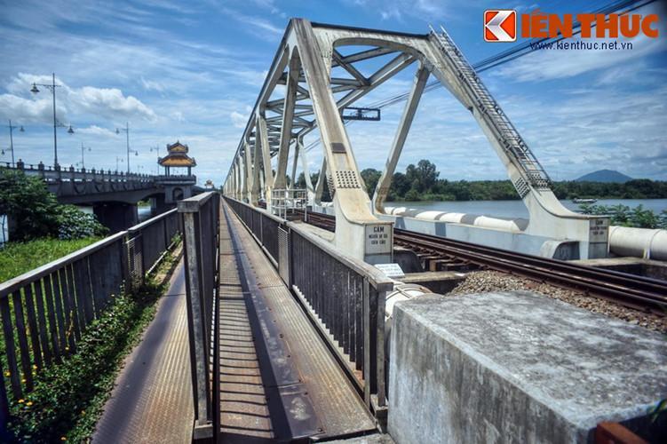 Cả hai cây cầu này đều có lối nhỏ hai chiều nằm ở một bên dành cho người đi xe hai bánh.