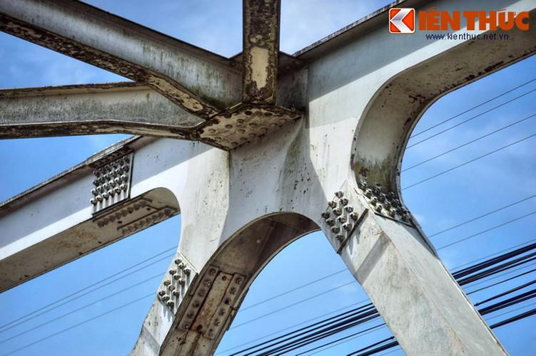 Trong giai đoạn chiến tranh khốc liệt, cầu sắt Bạch Hổ từng hai lần bị giật mìn đánh gãy, lần đầu vào cuối năm 1946, lần sau vào đầu xuân Mậu Thân 1968.