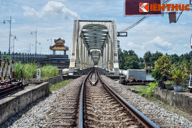 Trên thực tế, đây là hai cây cầu mang tên Bạch Hổ và Dã Viên, có kết cấu bằng thép giống nhau, được xây dựng khi tuyến đường sắt Huế – Quảng Trị được thiết lập năm 1908.