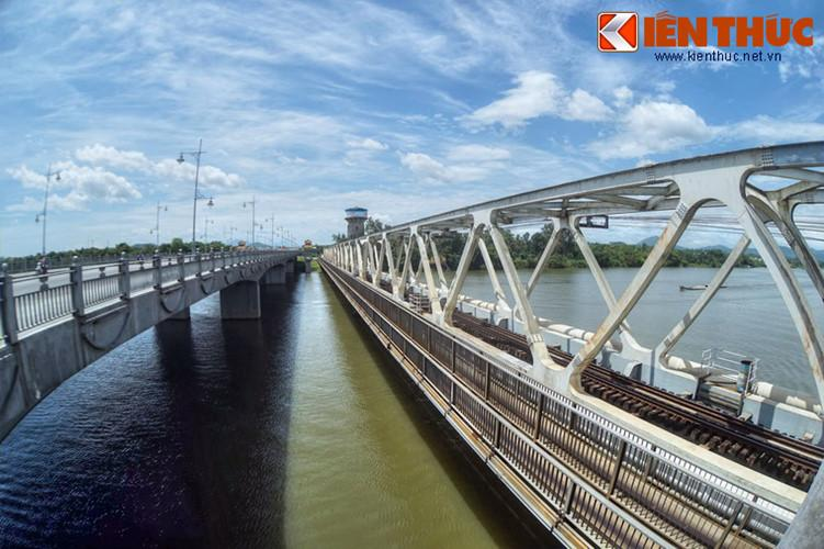 Đến năm 2009, cạnh cầu sắt Bạch Hổ, một cây cầu mới với tên gọi cầu đường bộ Bạch Hổ được khởi công xây dựng. Cây cầu này khánh thành tháng 8/2012, đến tháng 12 cùng năm được đổi tên là cầu Dã Viên.