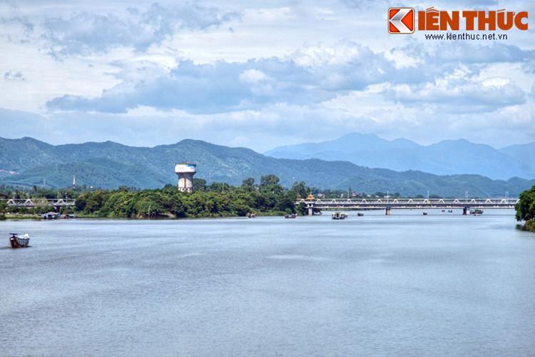 Bắc qua sông Hương ở góc Tây Nam kinh thành Huế, cầu sắt Bạch Hổ là tên thường gọi của cây cầu đường sắt có tuổi đời một thế kỷ ở đất Cố đô.