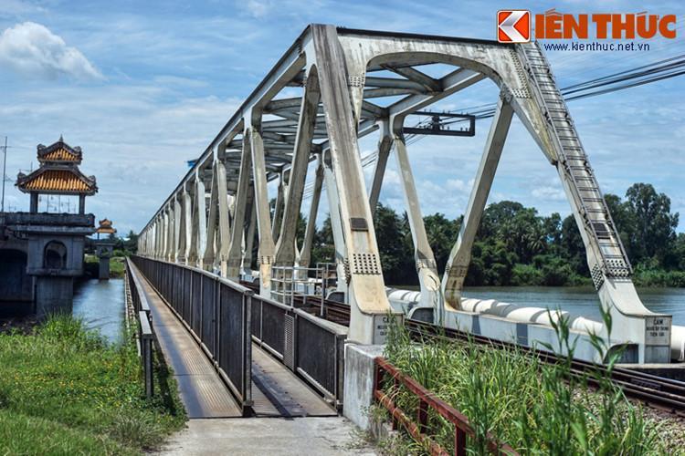Cầu Bạch Hổ nối bờ bắc sông Hương tới cồn Dã Viên, có chiều dài 302,1 m.