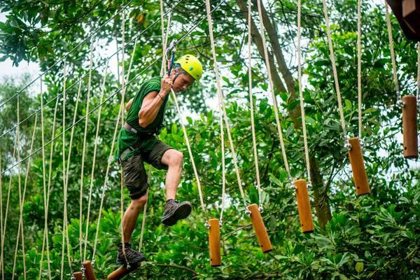 Thử thách đi trên ván gỗ đung đưa trên dây, trèo qua cầu lưới... (Ảnh: Alba Thanh Tân)