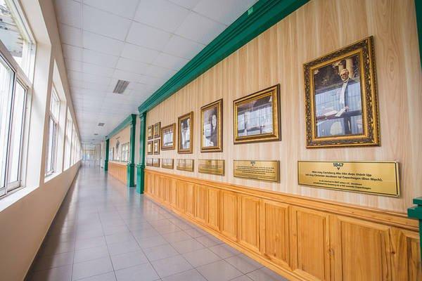 Dọc theo hành lang, du khách được ngược về lịch sử 170 năm của Carlsberg Đan Mạch.