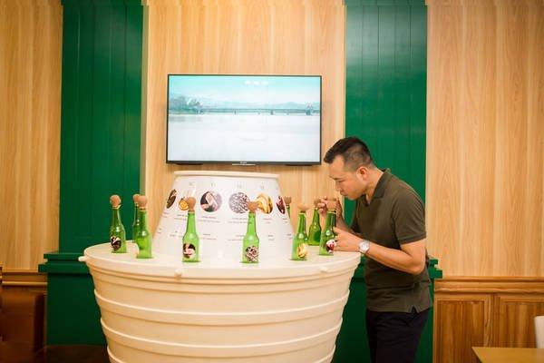 Nhà vô địch Olympic Hoàng Xuân Vinh trải nghiệm 14 hương vị bia trên thế giới. (Ảnh: ivivu.com)