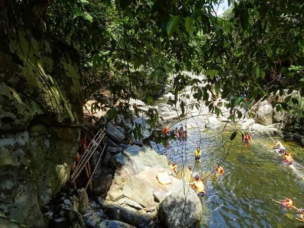 Du khách vui chơi tại Khu du lịch sinh thái Pârle A Lưới. (Ảnh: Quách Duy Thịnh/Vnexpress)