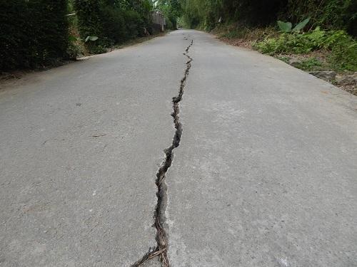 Mặt đường xuất hiện vết nứt dài hơn 200m tại phường An Đông (Tp. Huế)
