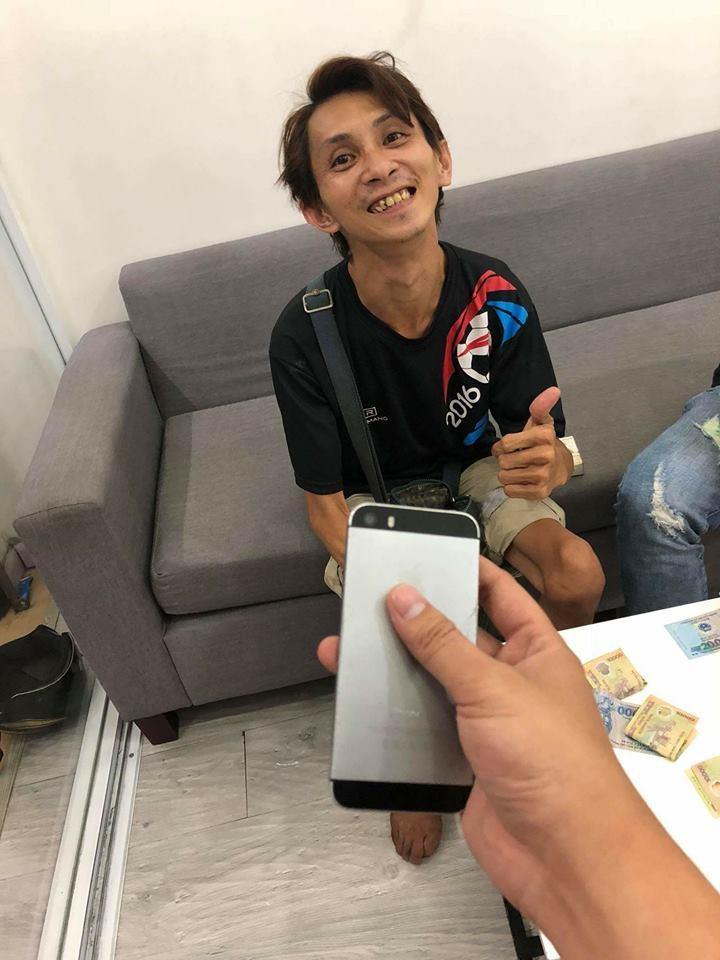 Nụ cười tỏa nắng khi anh nhận được chiếc điện thoại của anh chủ quán.