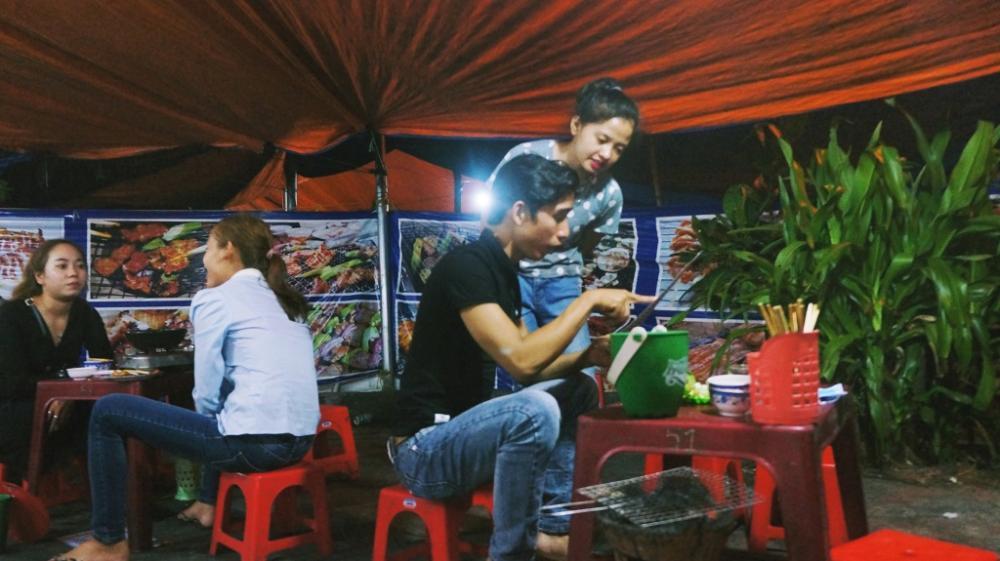Nổi tiếng nhất ở đây là quán nướng 89 và nướng Quạt Mo, đông khách từ 6h tối cho tới đêm.