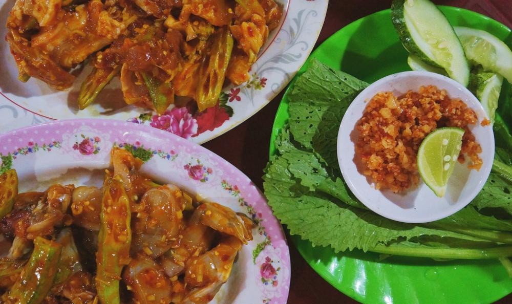 Các món ở đây đều có chung vị cay tê lưỡi, tẩm ướp đậm đà. Nếu không quen ăn cay, bạn nên nhắc nhà bếp bớt gia vị ớt trong chế biến.