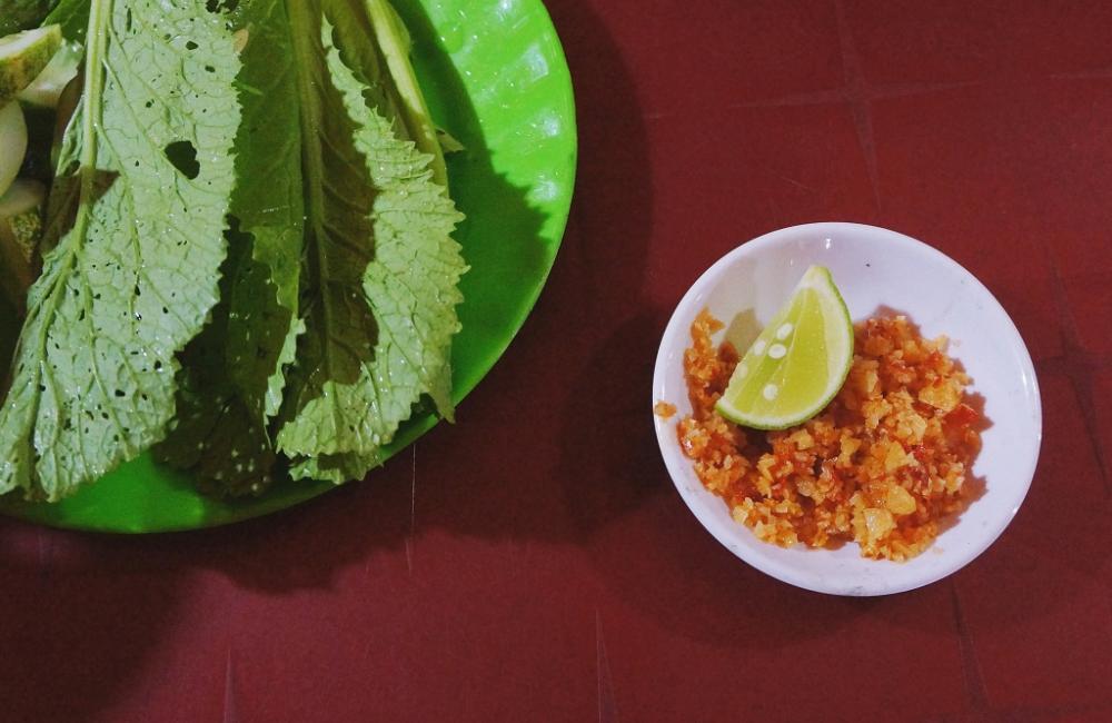 Gia vị chấm cũng rất đặc trưng, không phải là nước mắm, nước sốt me như nhiều quán nướng ở Hà Nội, gia vị chấm ở đây là muối ớt vắt chanh.