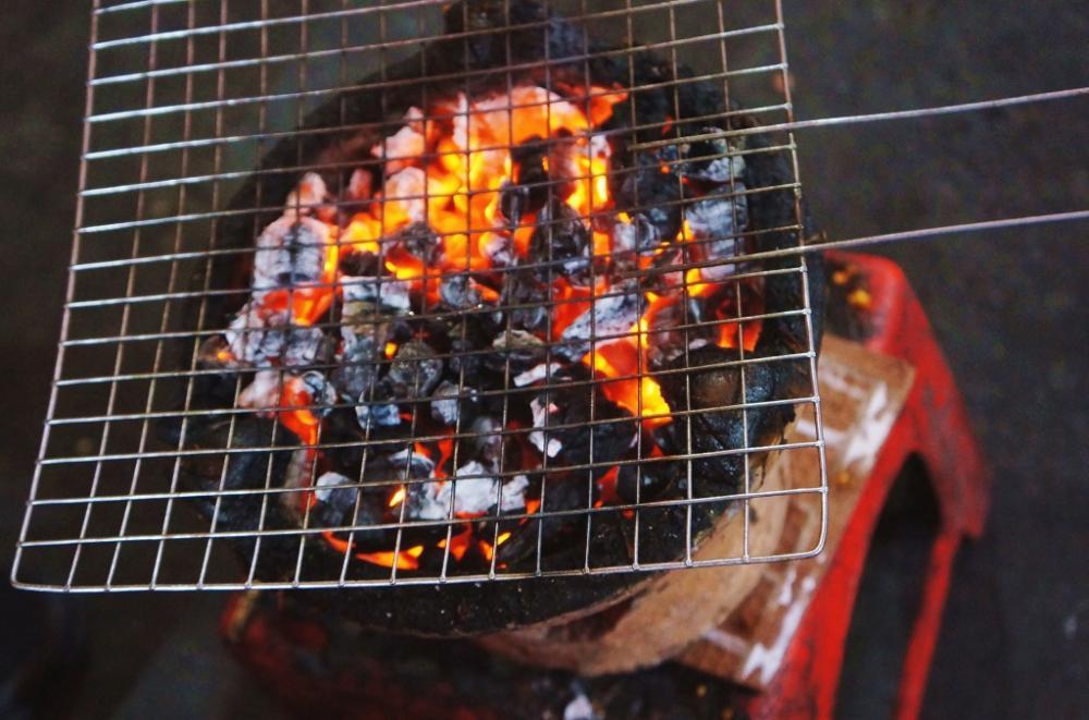Bếp than hồng sẵn sàng phục vụ.