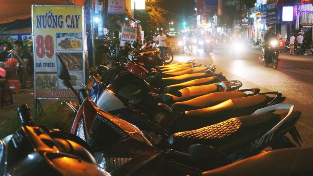Dãy quán nướng cay trên phố Bà Triệu là điểm hẹn hấp dẫn cho những ai muốn trải nghiệm nét mới của ẩm thực Huế.